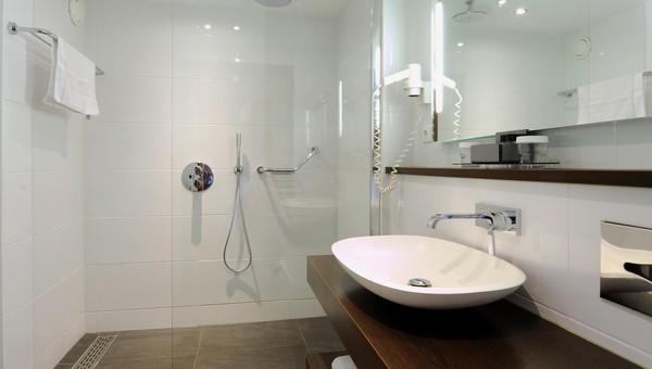 https://www.hotelvolendam.nl/inc/hotels/48/rooms/357/desktop/carousel_1024x768_Badkamer%20Standaardkamer1.jpg