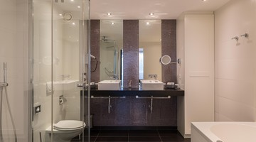 https://www.hotelvolendam.nl/inc/hotels/48/rooms/361/desktop/rooms_list_1024x768_Badkamer%20juniorsuite%20DEAN%20productions-1.JPG